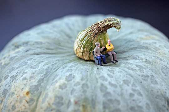The Creative Photos of Miniature Life Playing with Food